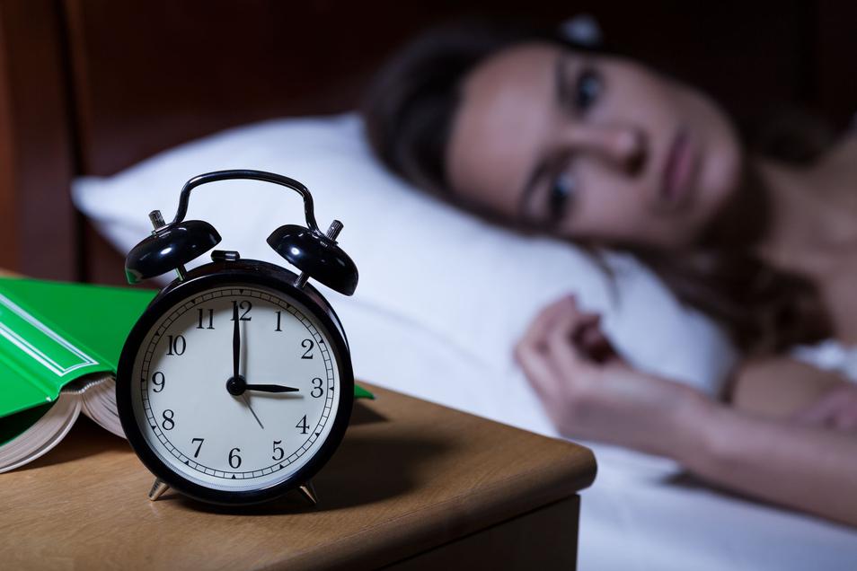 Die Zeit rinnt dahin, aber an Schlaf ist nicht zu denken. Fast 80 Prozent der Arbeitnehmer kennen solche durchwachten Nächte. Wer regelmäßig betroffen ist, kann jetzt dagegen trainieren.