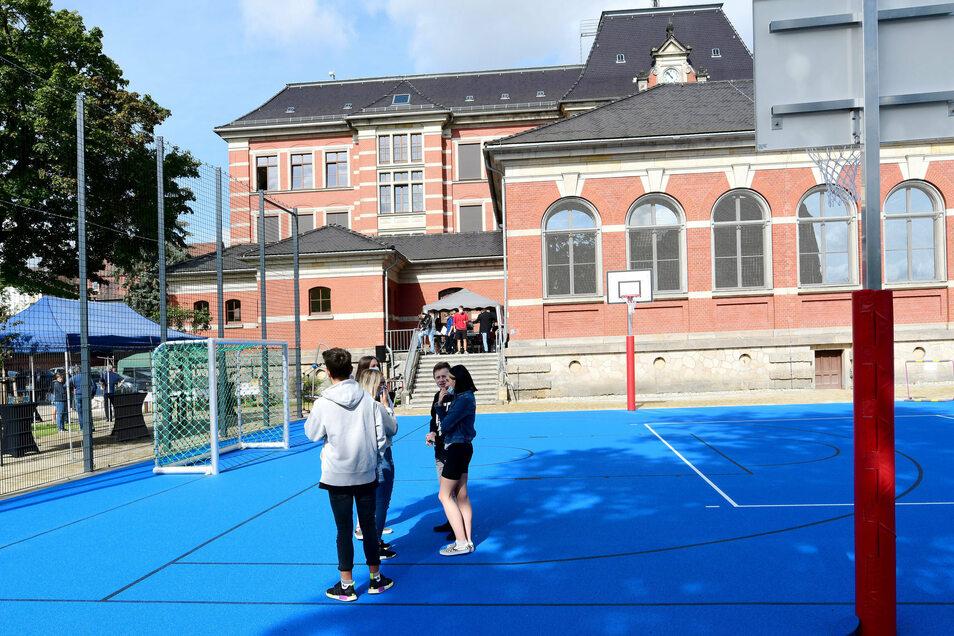 Zum Hof gehört ein Sportplatz.