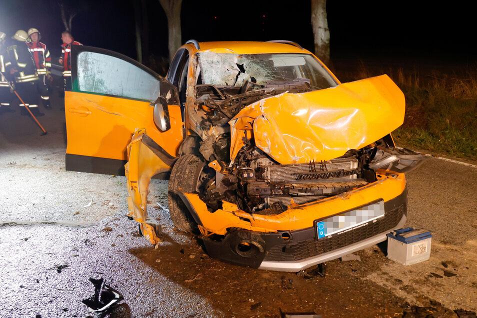 Die 52-jährige Fahrerin des gelben Fahrzeugs war auf der Kreisstraße unterwegs und krachte dabei auf einen Traktor. Sie wurde schwer verletzt.