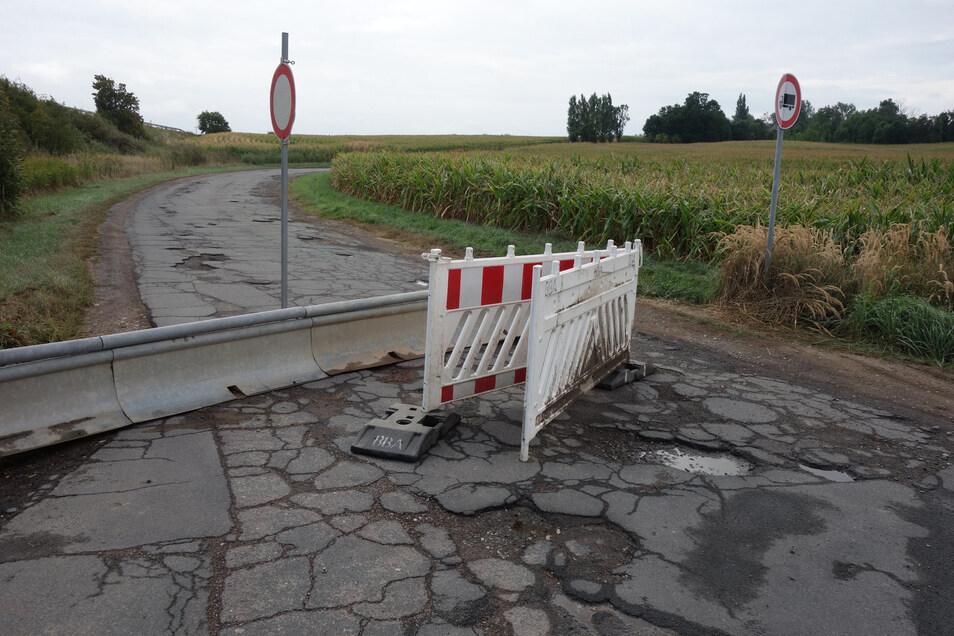 Wegen des üblen Zustands ist die Straße an den Schickenhäusern eigentlich gesperrt. Allerdings wollen manche Autofahrer den Umweg über Pommlitz nicht nehmen und rücken die Absperrungen immer wieder beiseite.