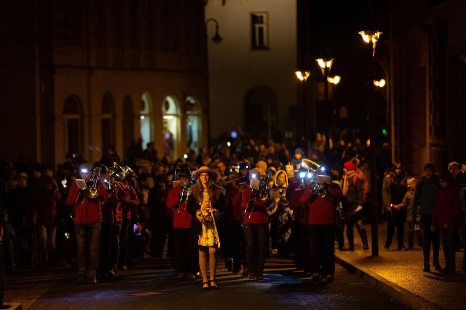 Die Sachsenländer musizierten an der Spitze des Lampionumzugs zum Auftakt der 15. Museumsnacht in Sebnitz.