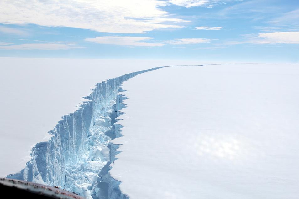 Dieses Foto zeigt einen gigantischen Riss im Schelfeis in der Antarktis.