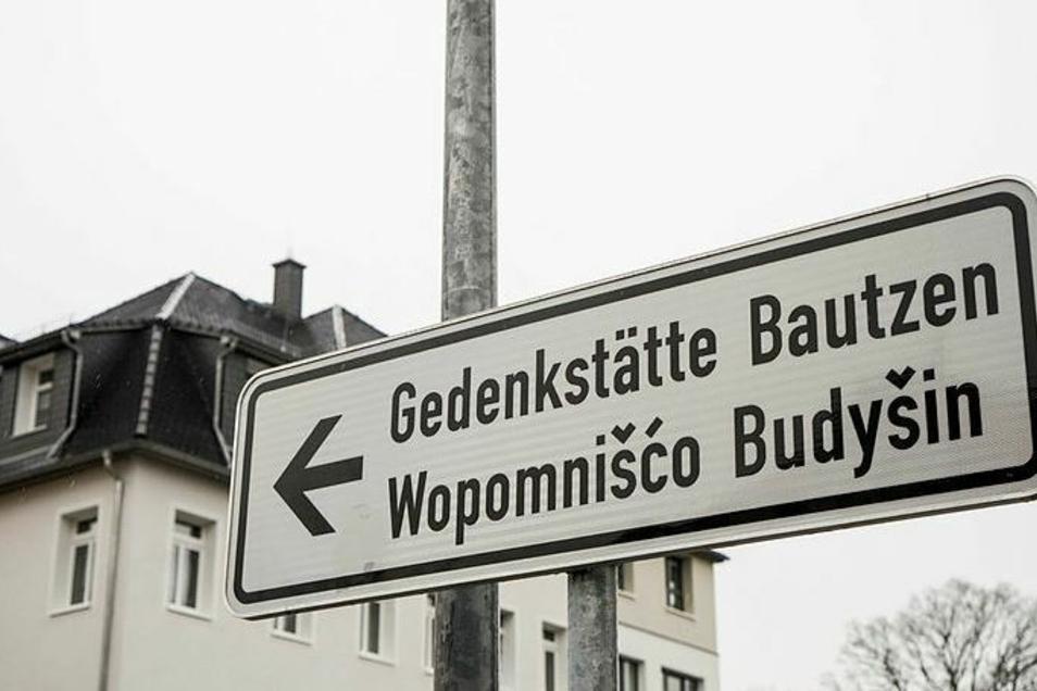 In der Gedenkstätte Bautzen findet eine Veranstaltung des Lausitz Festivals statt. In einer Theaterinszenierung kommen ehemalige Häftlinge des Bautzener Stasiknasts zu Wort.