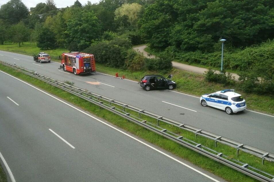 Blick von der Fußgängerbrücke über die B169. Um die Mittagszeit war der Verkehrsunfalldienst der Polizei noch vor Ort.