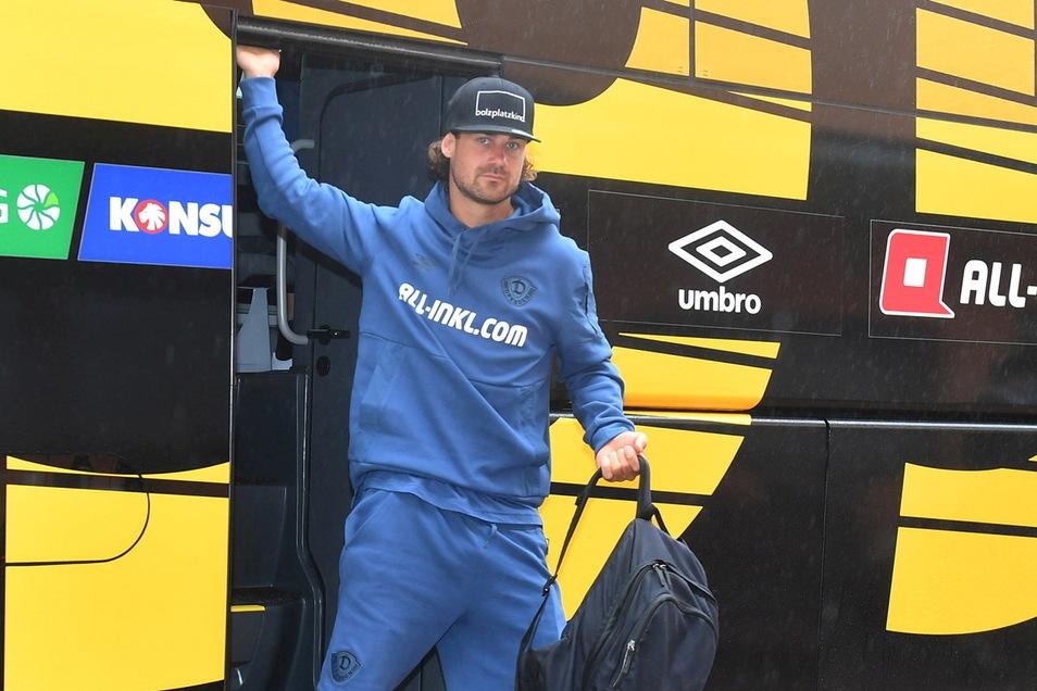 Ganz in Blau stieg Yannick Stark bei der Ankunft im Trainingslager aus dem Mannschaftsbus.