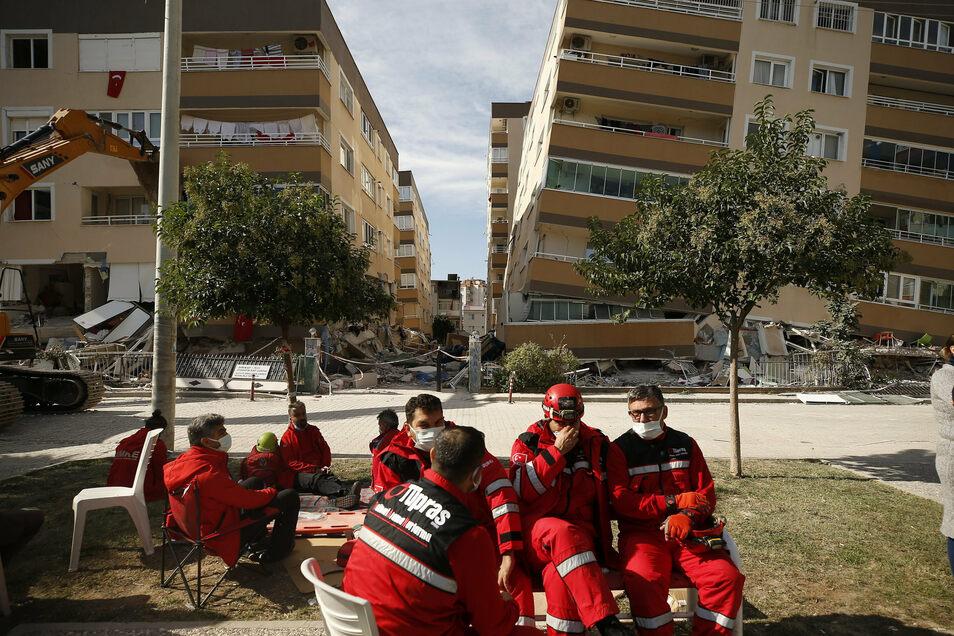 Rettungskräfte machen eine Pause
