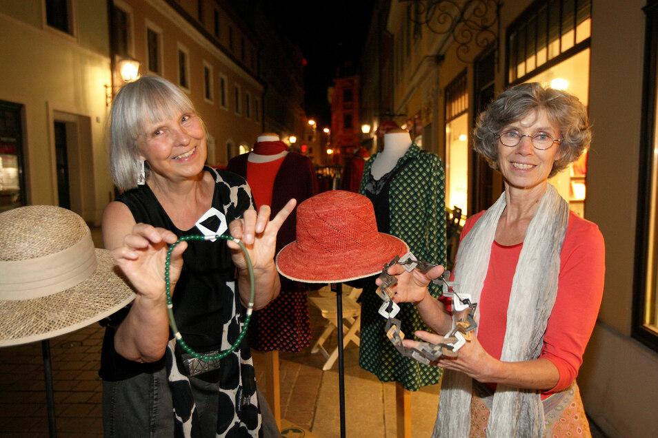 Schmuckgestalterin und Künstlerin Beate von Appen aus Rosenthal-Bielatal (l.) wartete mit Unikatschmuck, auf. Ute Arnold (r.), Inhaberin von stilart – unikate . fabrikate präsentierte Mode.