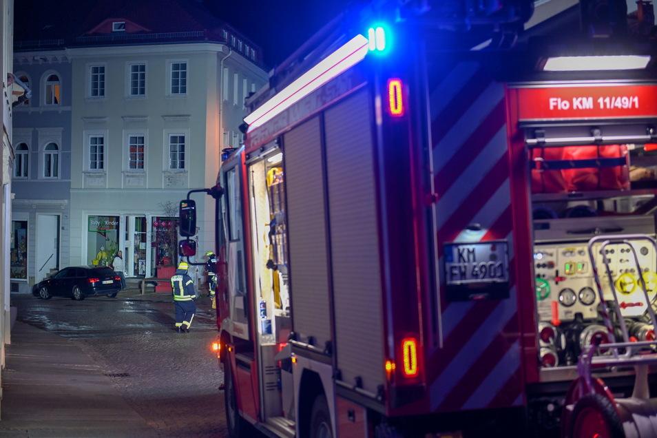 Durch den Rohrbruch stand an einigen Stellen das Wasser zentimeterhoch auf der Straße. Die Feuerwehr war im Einsatz.
