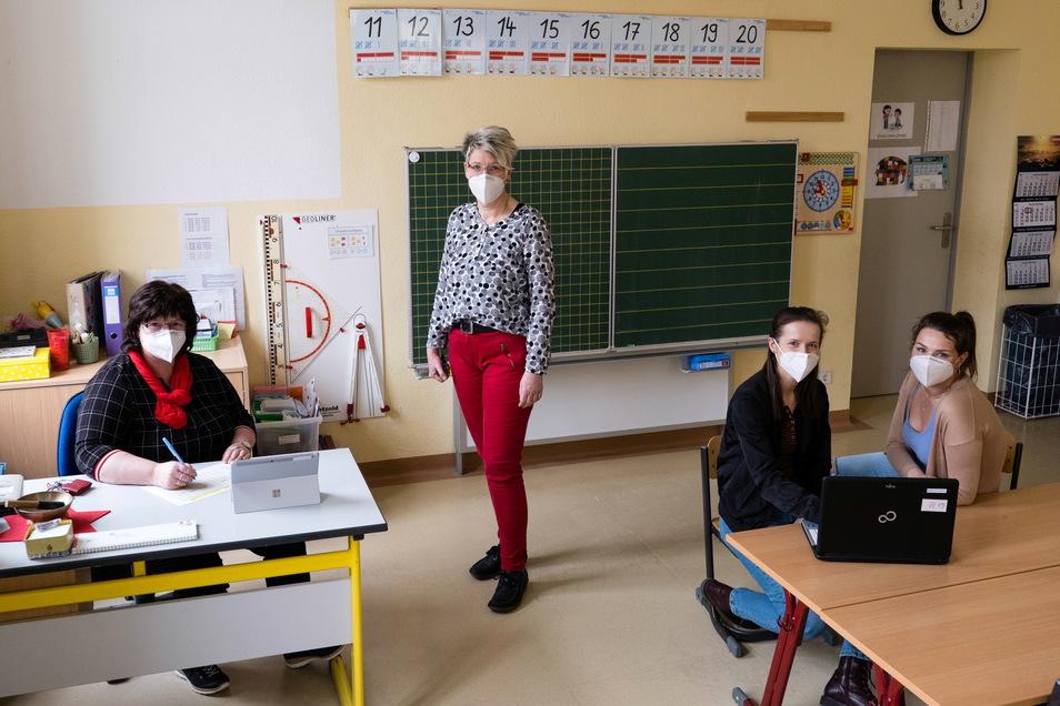 In einem Klassenzimmer der Diesterwegschule in Rauschwalde wird die Technik für den Hybridunterricht eingerichtet, bei dem einige Schüler vor Ort sind, die anderen zu Hause am Rechner.