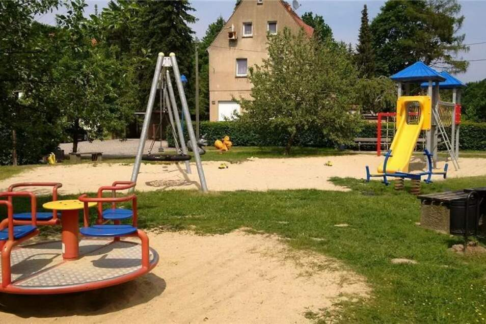 Hainewalde, Kleine Seite  Ordnung/Sauberkeit   1 Anzahl Spielgeräte   7 Zustand Spielgeräte   1 Platz zum Spielen   1  weitere Spielplätze: Hutbergstraße