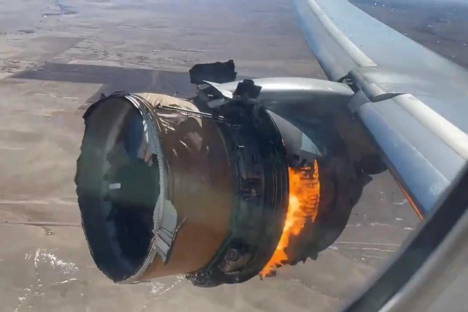 Das Triebwerk einer Boeing 777 der United Airlines brennt. Am 20.02.21 waren nach einem Triebwerksausfall große Flugzeugteile der Boeing 777 in der Nähe von Denver als Trümmer in Wohngebiete gestürzt.