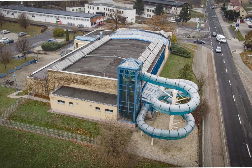 Die Tage der Schwimmhalle in der Kamenzer Macherstraße sind gezählt. Die 1977 gebaute und 1995 umfangreich sanierte Halle soll durch einen Neubau ersetzt werden. Aber an welchem Ort?
