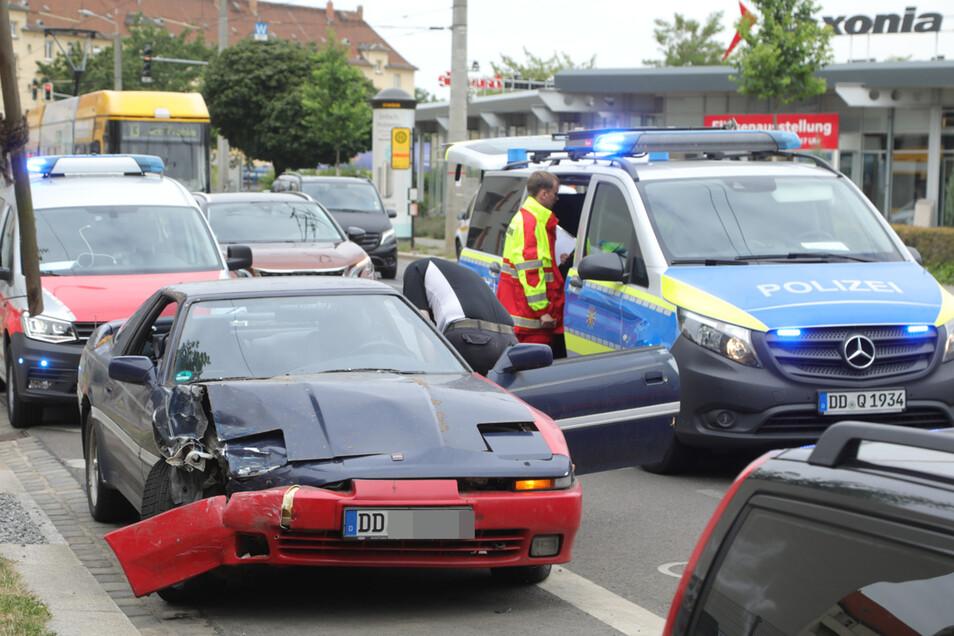 Der demolierte Toyota steht am Rand der Fritz-Reuter-Straße.