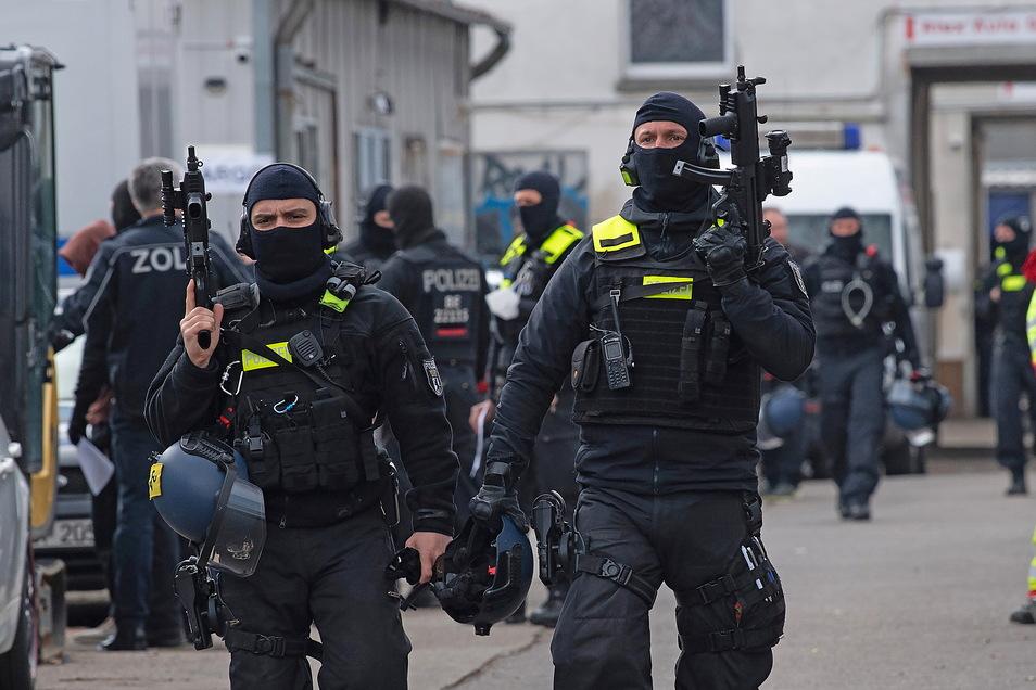 Bei der Razzia sind auch Spezialeinsatzkommandos aus Thüringen, Sachsen, Sachsen-Anhalt, Brandenburg und Berlin im Einsatz.