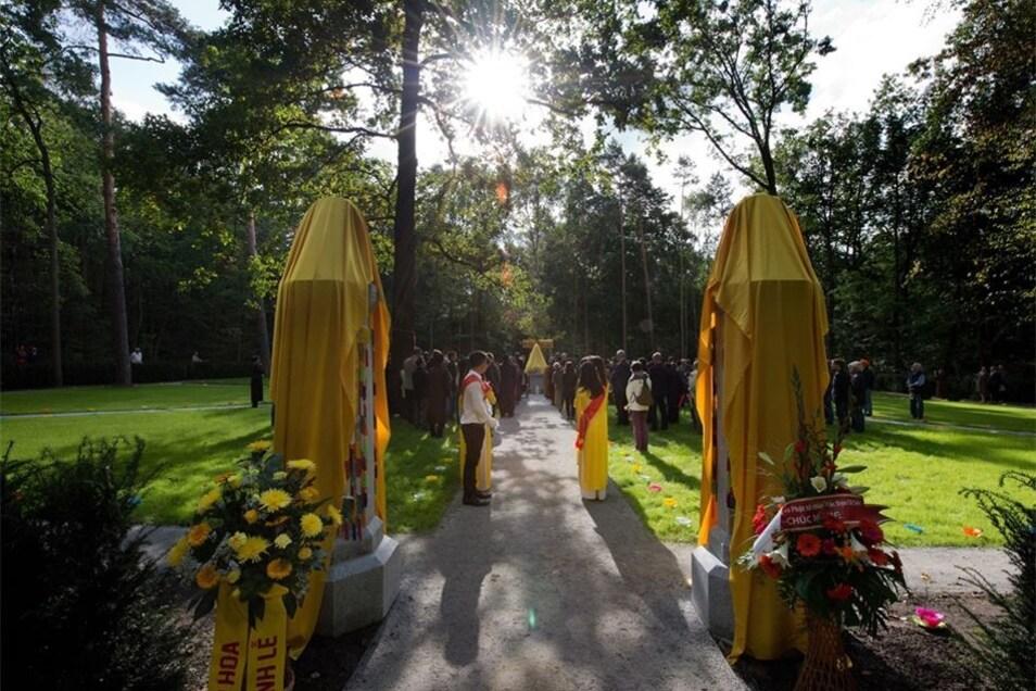 Die Stadt hat dafür 2000 Quadratmeter unberührte Fläche zur Verfügung gestellt, die auch mit Spenden der buddhistischen Weltgemeinde gestaltet wurde.