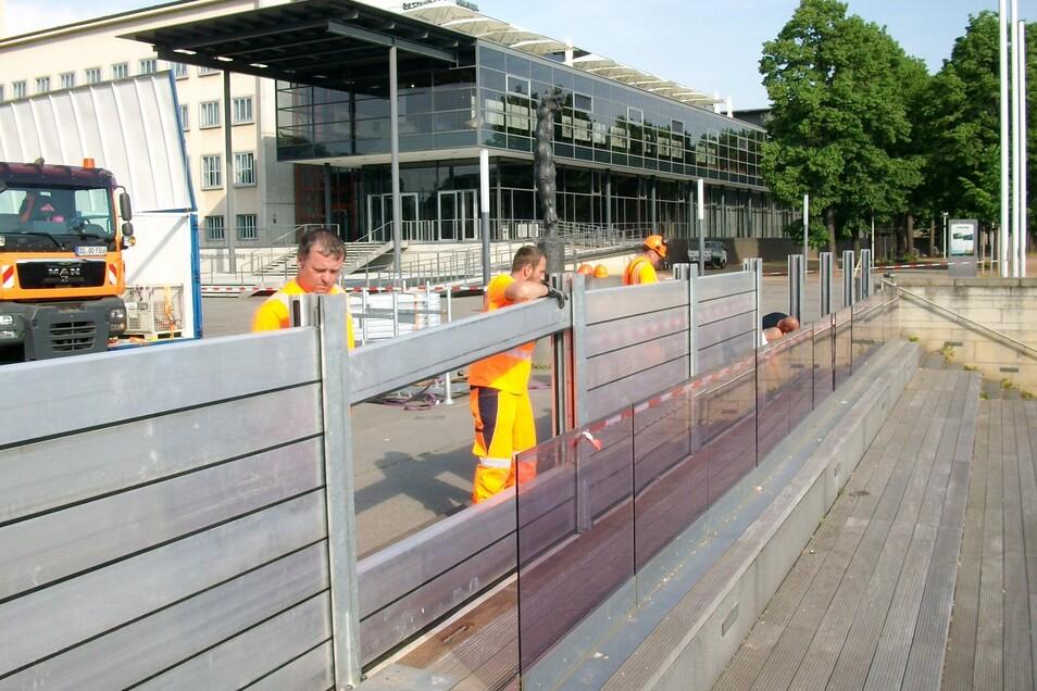 Regelmäßig wird der Aufbau mobiler Flutschutzsysteme geprobt. In diesem Jahr soll das auch wieder an dieser Freitreppe neben dem Landtag geschehen.