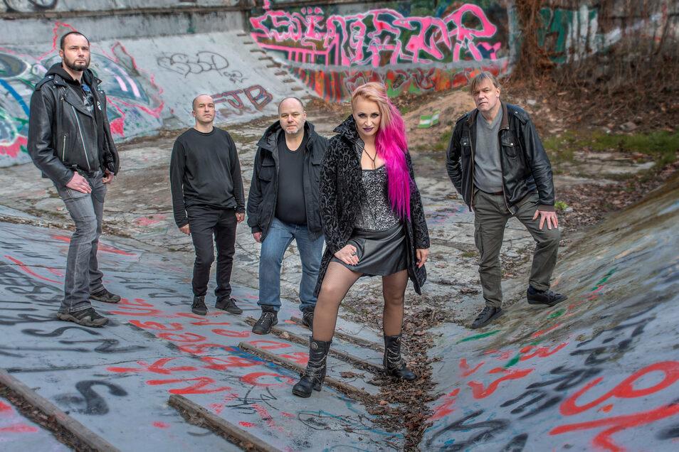 """Die Band Strange Feelings aus Prag, zu der Alena Trojanova gehört, war gerade im Studio und hat ihr lange geplantes Album """"Drown"""" mit zehn eigenen englischsprachigen Songs aufgenommen."""