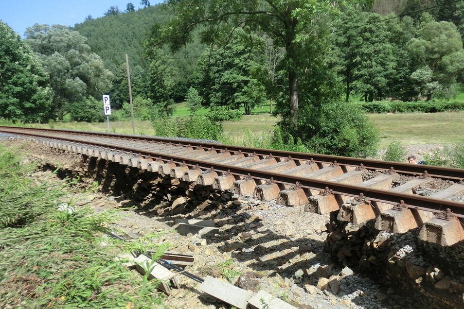 Der Bahndamm ist weg. An der gleichen Stelle wurde das Gleis bereits beim Hochwasser 2010 unterspült.