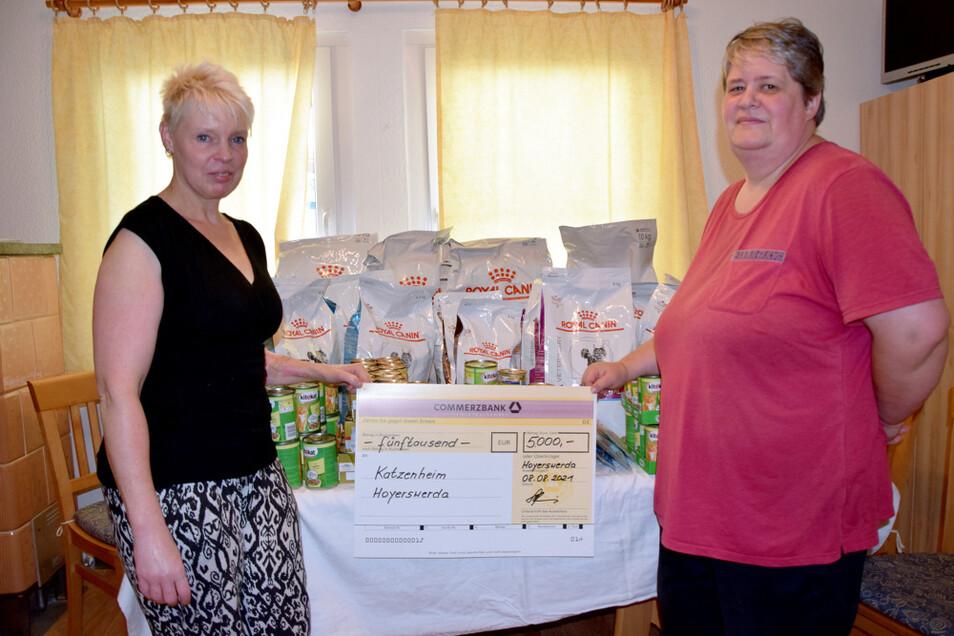 Heike Spieler (links) und Antje Hartig freuen sich über die Spende für das Katzenheim Hoyerswerda zum Weltkatzentag am 8. August.