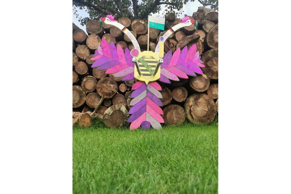 Die Oelsnitzer Holzfigur zum Vogelschießen war dieses Jahr pink und rosa. Wie das?