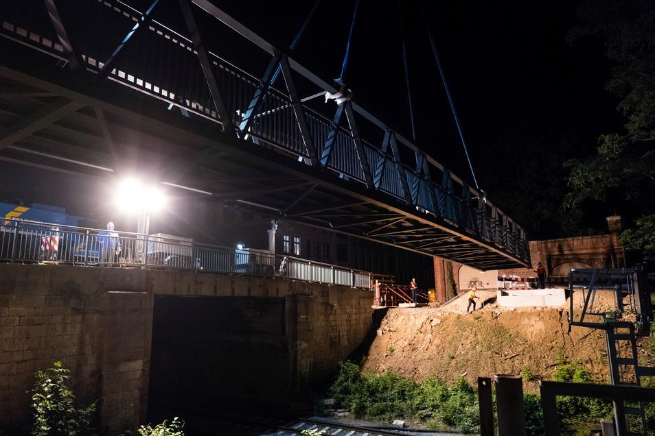 Millimeterarbeit mit tonnenschwerem Material: Die Brücke senkt sich auf die Fundamente.
