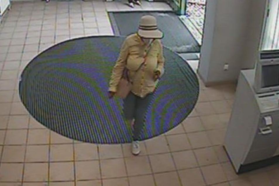 Die unbekannte Betrügerin ging mit der geklauten Geldkarte in eine Bankfiliale...