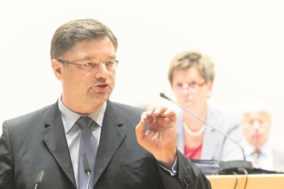 FDP-Fraktionschef Holger Zastrow stoppte gemeinsam mit Oberbürgermeisterin Helma Orosz (CDU) die schnelle Sanierung der Albertbrücke. Jetzt muss noch einmal umgeplant werden. Das kostet rund eine Viertelmillion Euro.