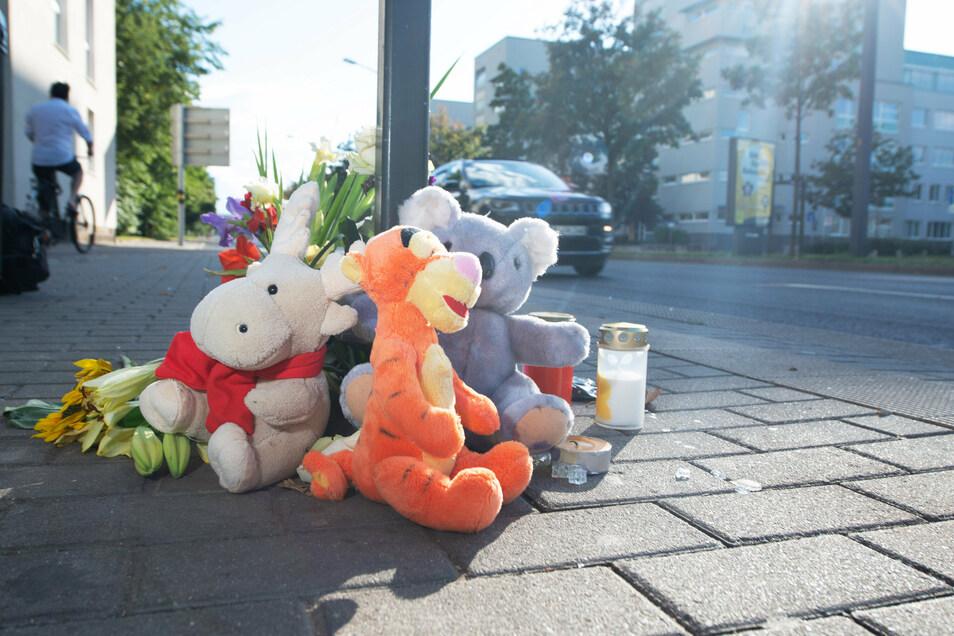 Kuscheltiere, Blumen und Kerzen erinnerten am Sonntag an den sechsjährigen Jungen, der bei dem Unfall am Samstag in Dresden starb.