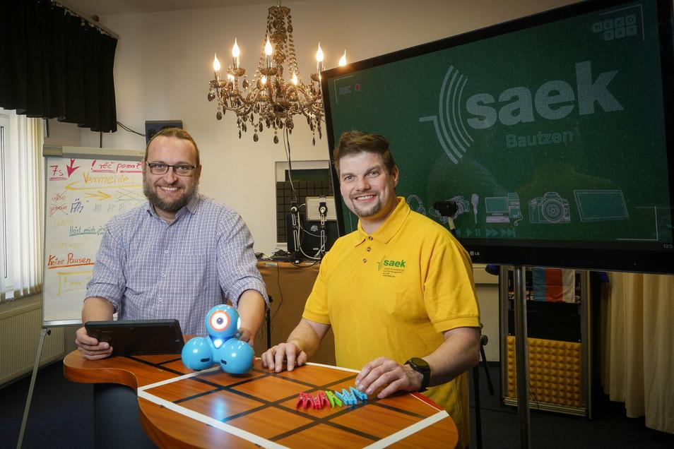 Studioleiter Michael Ziesch (l.) und sein Mitarbeiter Stefan Kutsche bieten in den Räumen vom Saek Bautzen Kurse rund um das Thema Medienkompetenz an. Voraussichtlich allerdings nur noch bis zum Sommer.