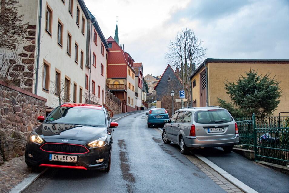 Am Schlossberg stehen Fahrzeuge mitunter auf beiden Seiten der ohnehin schon engen Straße. Das hat dem Winterdienst das Durchkommen erschwert. Aber auch die Müllwerker müssen bisweilen zirkeln.