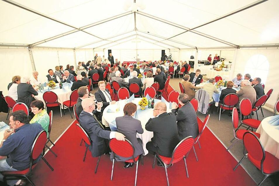 Gäste in Feierlaune: Auf dem Firmenhof wurde ein weißes Partyzelt für die Gäste aus ganz Europa aufgebaut.