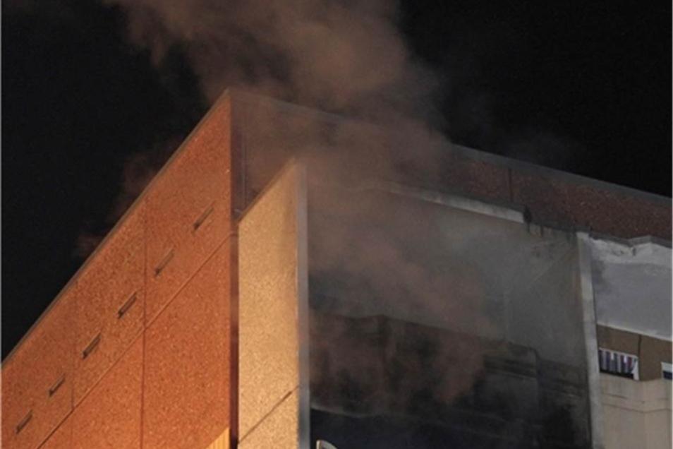 In einer Einraumwohnung im vierten Obergeschoss war in Abwesenheit des Mieters ein Brand ausgebrochen.