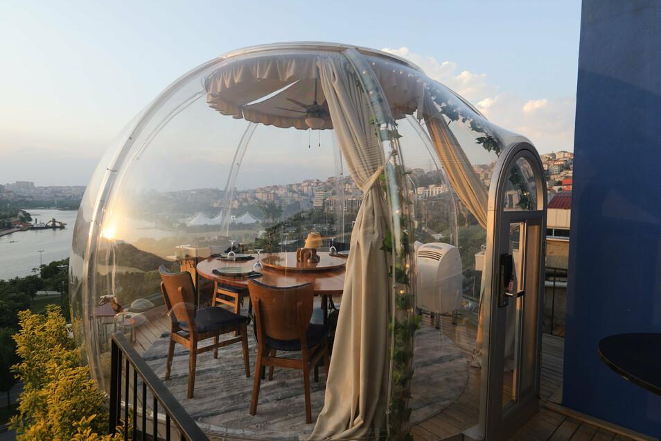 In Istanbul wurden Tische im Außenbereich eines Restaurants vorsorglich mit durchsichtigem Plexiglas in Form von Kuppeln überspannt.