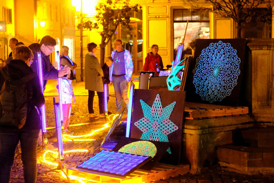 Ein Hingucker bei der Langen Nacht im vorigen Jahr waren die illuminierten Bilder von Rocco Kuschmann. Auch in diesem Jahr zeigt er seine Kunstwerke am Heinrichsbrunnen.