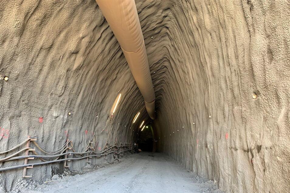Blick in die künftige Tunnelröhre: Auf der linken Seite sind die Mineure unter Tage schon über 85 Meter vorgedrungen.