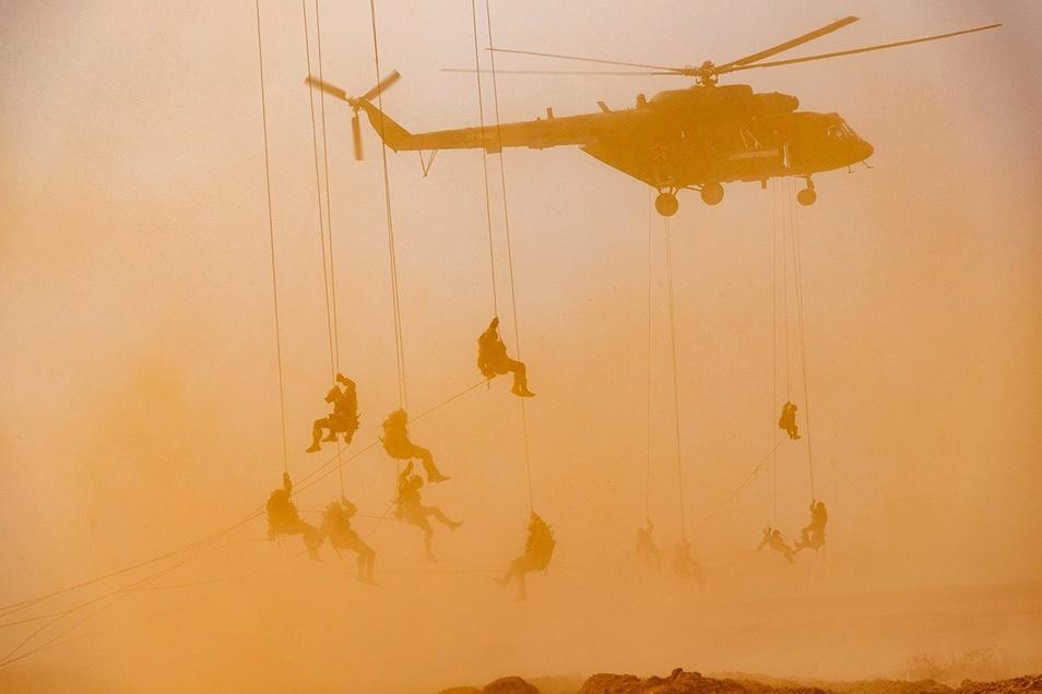Fallschirmjäger sind im Kaukasus im Einsatz.