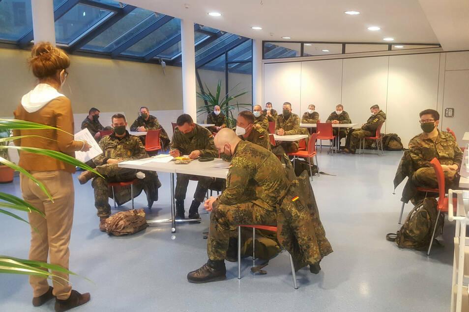 Soldaten werden eingewiesen und dann auf die Krankenhäuser in Zittau und Ebersbach verteilt.