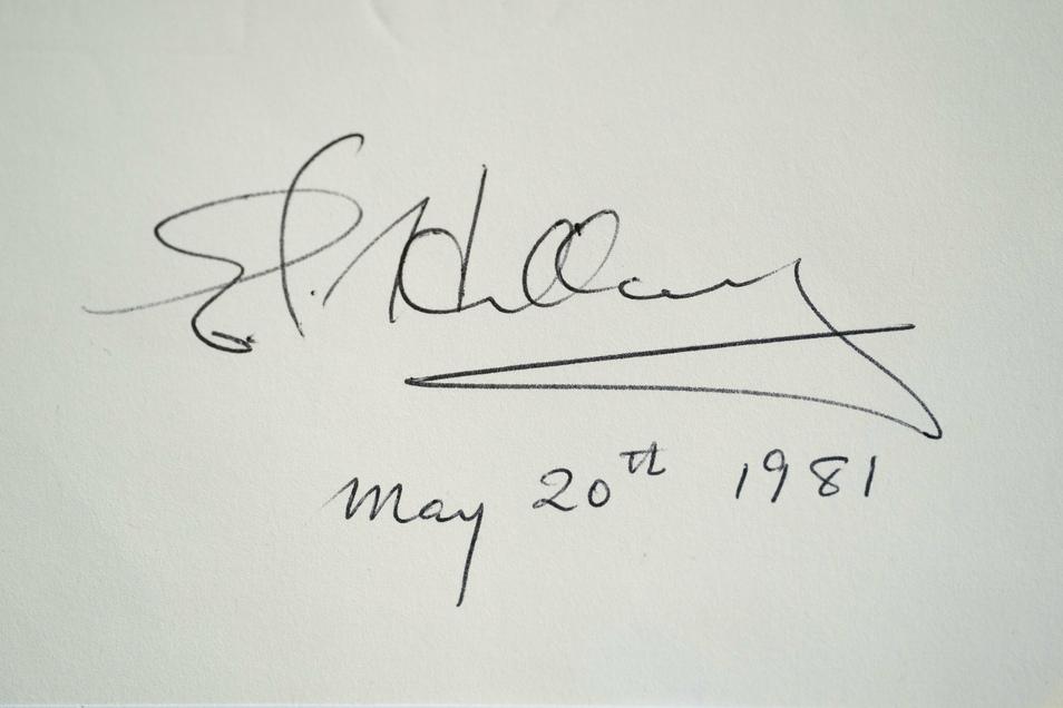 Autogramm von Sir Edmund Hillary. Dem neuseeländischen Bergsteiger war am 29. Mai 1953 zusammen mit dem nepalesischen Bergsteiger Tenzing Norgay die Erstbesteigung des Mount Everest gelungen.