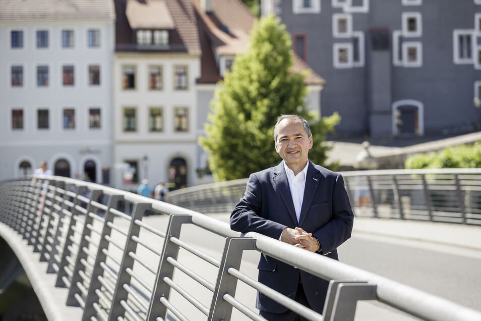 Octavian Ursu (CDU) auf der Görlitzer Altstadtbrücke. Schon seit über einer Woche ist die OB-Wahl, die er gewonnen hat, vorbei. Aber Ruhe ist in den sozialen Netzwerken wie Facebook seither nicht eingetreten.