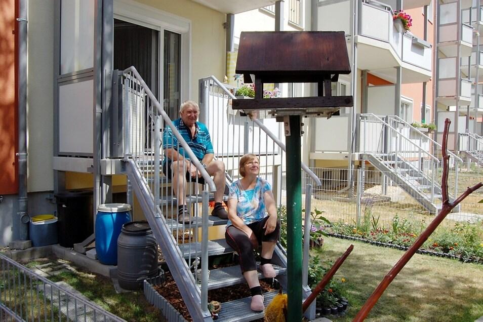 Renate und Günter Schanjonnek in ihrem Mietergarten an der Hoyerswerdaer Liselotte-Herrmann-Straße.