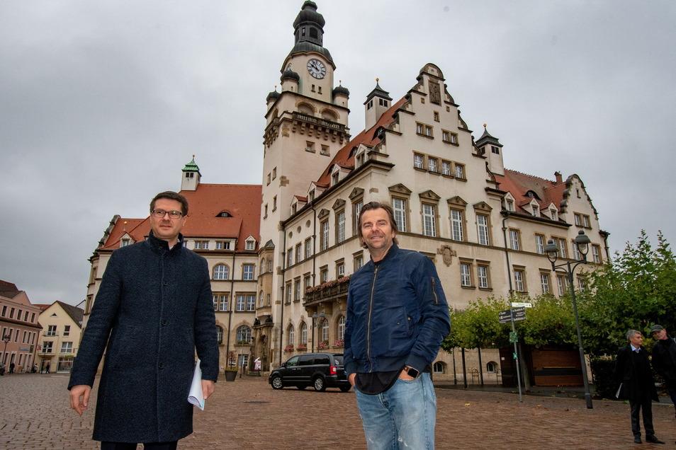 Vor einem Jahr haben Robert Dahl (rechts) und Oberbürgermeister Sven Liebhauser den Vertrag zum Bau von Karls Erlebnis-Dorf in Döbeln unterzeichnet. Auf das Ranking hatte díes keinen Einfluss, spiegelt aber die Entwicklung Döbelns in jüngster Zeit wi