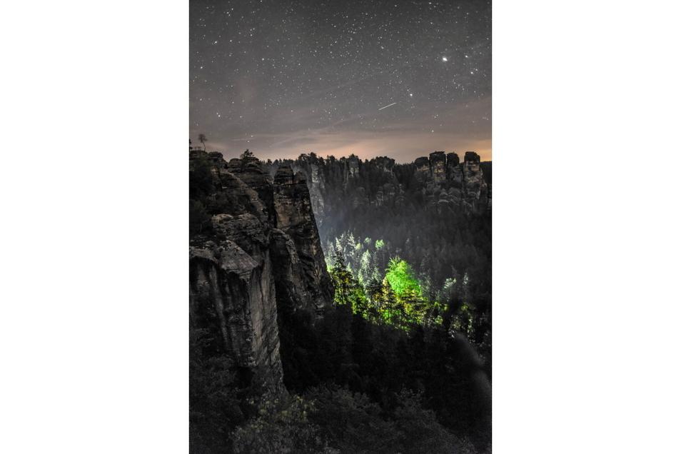 Dieses unvergleichliche Spektakel mit Nachthimmel und Sternen vor der Felskulisse an der Bastei hat Hannes Bombelek aus Dohna eingefangen. Der Farbkontrast aus schillerndem Grün und mystischem Grau machen darüber hinaus den Reiz dieses Bildes aus.