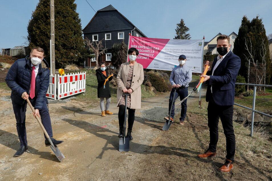 Beim ersten Spatenstich dabei: Sten Pinkert von der Telekom, Silke Gottschalk vom Bauamt Oppach, Bürgermeisterin Sylvia Hölzel, Marcin Zatorski von der Firma Zatorski GmbH und Projektleiter Eric Fritsch (v. l. n. r.)