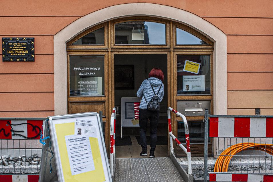 Pünktlich am Montag um 13 Uhr war es auch in der Karl-Preusker-Bücherei soweit: Endlich durften sich die Liebhaber von Büchern, Filmen oder CD wieder gütlich tun.