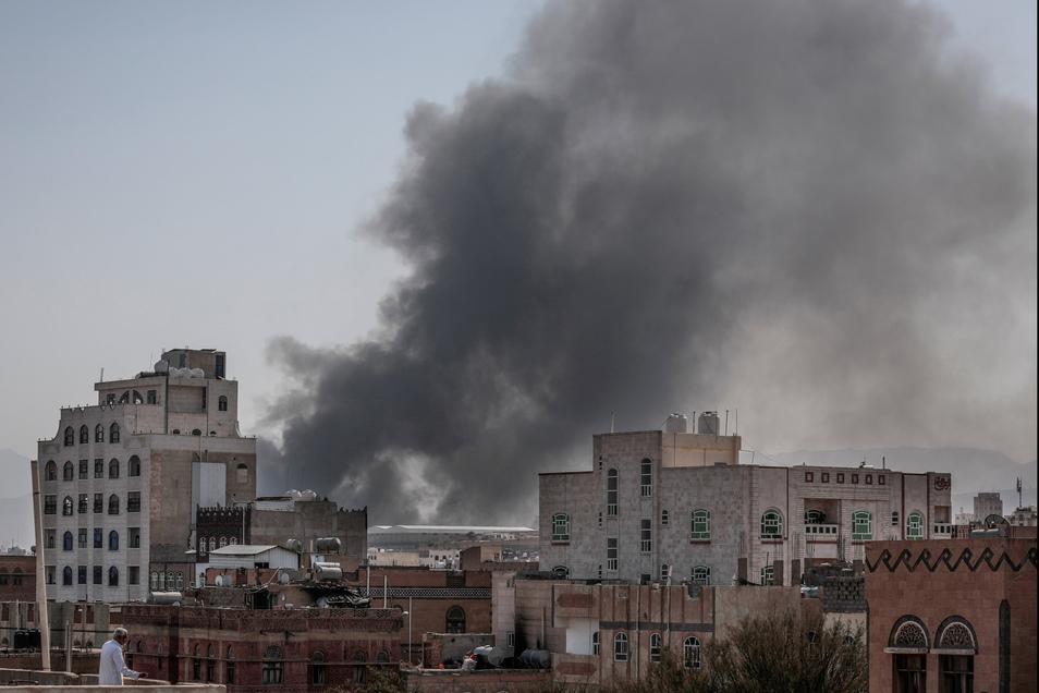 Rauch steigt bei Gefechten in Sanaa auf. Im Jemen kämpft ein von Saudi-Arabien geführtes Militärbündnis an der Seite der Regierung gegen die vom Iran unterstützten Huthi-Rebellen.