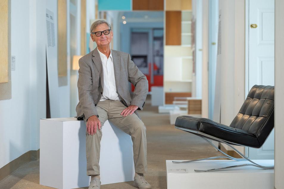 """Auf seinen Sessel durfte sich Rudolf Horn im Dresdner Kunstgewerbemuseum nicht setzen. """"Das ist verrückt, jetzt ist er ein Museumsexponat"""", meint der 90-jährige Gestalter, der in Leipzig in seinen von ihm entworfenen Möbeln wohnt."""
