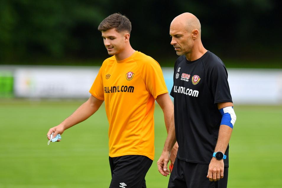 Neuzugang Antonis Aidonis unterhielt sich lange mit Trainer Alexander Schmidt, ehe er Kraft- und Stabilisationsübungen absolvierte.