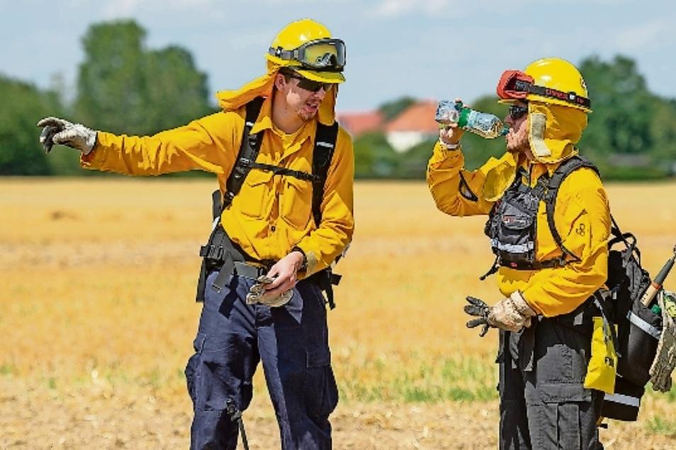 horsten Sprenger (rechts) und Robin Lausecker unterstützten die Feuerwehrleute.