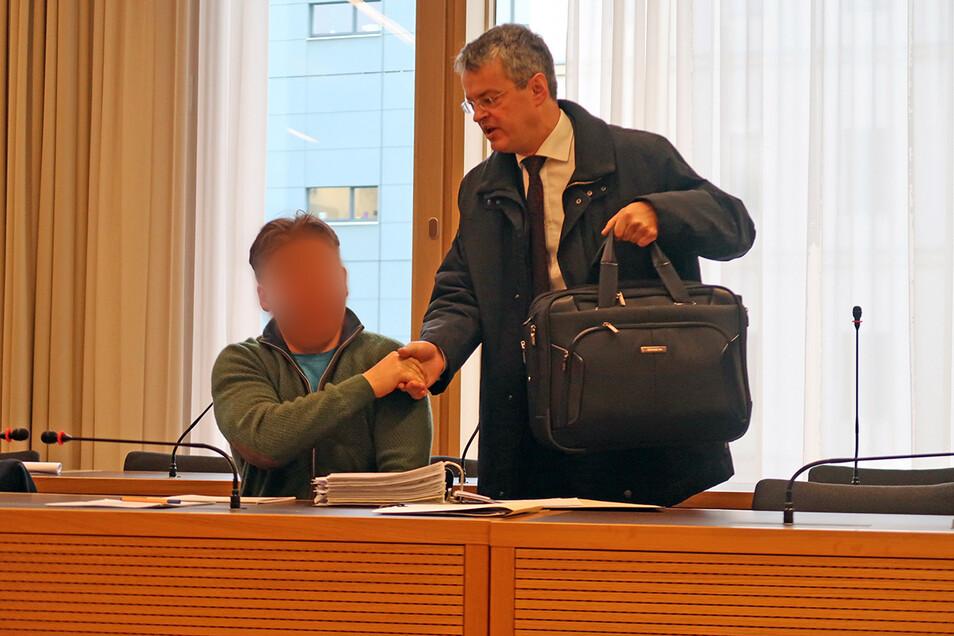 """Der Dresdner Ingenieur Mario M., hier mit seinem Verteidiger Michael Bürger (r.), wurde wegen Betruges und Bankrotts verurteilt. Der 49-Jährige soll mit seinen """"krummen Geschäften"""" einen Schaden von knapp zwei Millionen Euro verursacht haben."""