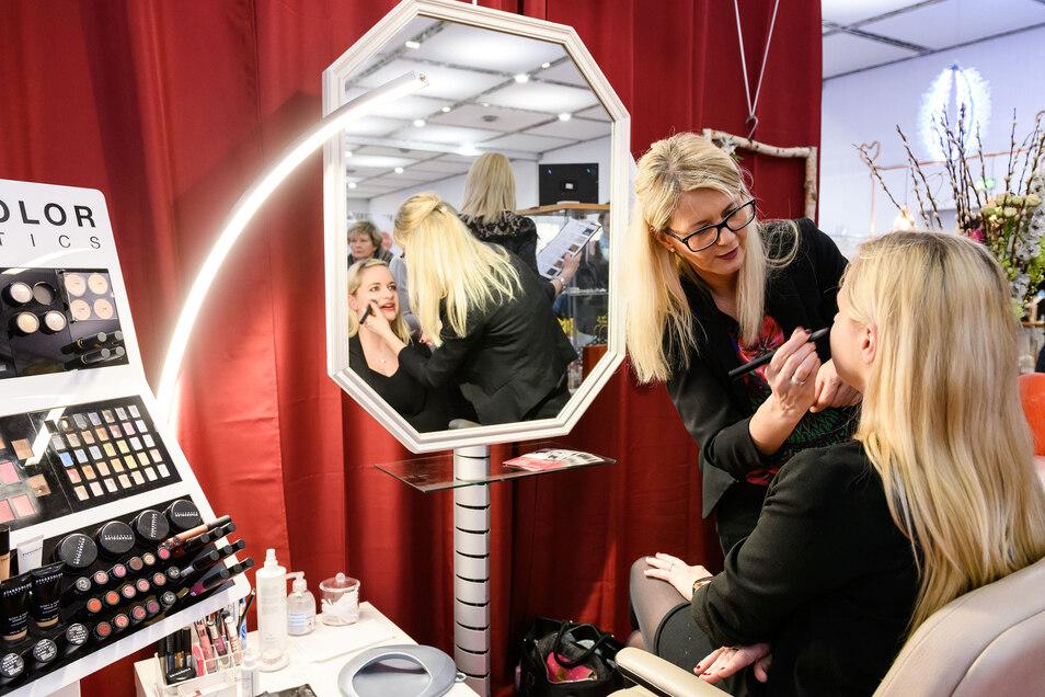 Auch Haare und Make-up können vor Ort ausprobiert werden.